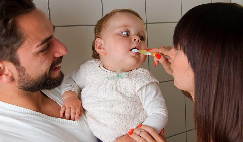 Escovagem dos primeiros dentes do bebé